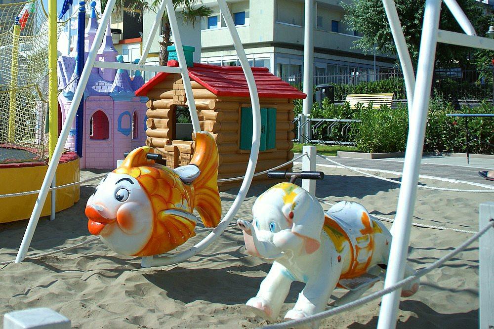 dondoli e altalene in spiaggia a Riccione